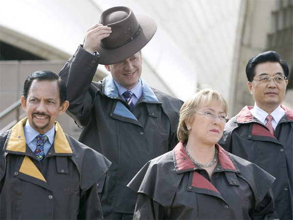 Canadian Prime Minister Stephen Harper removes a traditional outback hat as Brunei Sultan Hassanal Bolkia (left), Chilean President Michelle Bachelet and Chinese President Hu Jintao (right) look on during the official photo at the APEC summit in Sydney, Australia Saturday, Sept. 8, 2007. (CP / Tom Hanson)