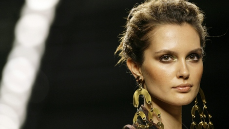 A model wears a loose updo during Colombian designer Beatriz Camacho women's Spring/Summer 2010 fashion show in Milan, Italy, Wednesday, Sept. 30, 2009. (AP / Alberto Pellaschiar)