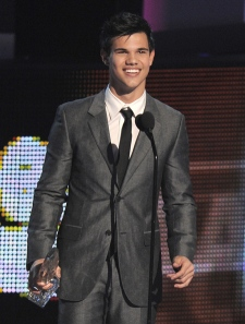Taylor Lautner accepts the award for favourite breakout movie actor at the People's Choice Awards on Wednesday Jan. 6, 2010, in Los Angeles. (AP / Chris Pizzello)