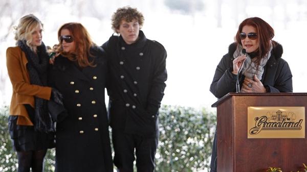 Fans Family Celebrate Elvis 75th At Graceland Ctv News