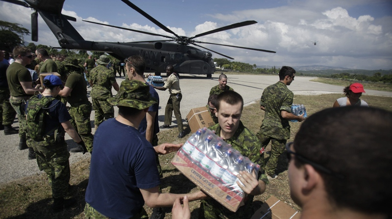Canadian soldiers help unload relief supplies at the airport in Jacmel, Haiti, Wednesday, Jan. 20, 2010. (AP / Ariana Cubillos)