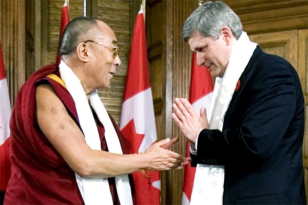 Canadian Prime Minister Stephen Harper thanks the Dalai Lama after exchanging Katas prior to their meeting on Parliament Hill, in Ottawa Monday Oct. 29, 2007. (CP / Tom Hanson)