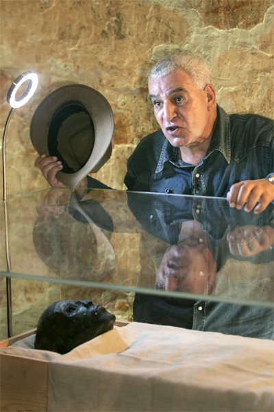Egypt's antiquities chief Dr. Zahi Hawass speaks to the media over the linen-wrapped mummy of King Tut in his underground tomb. (AP / Ben Curtis)