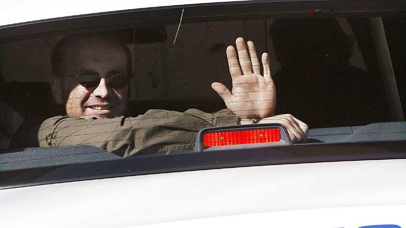 Thomas George Svekla, 38, waves from the back of a police cruiser in Fort Saskatchewan, Alberta, May 11, 2006. (Ian Jackson / THE CANADIAN PRESS)