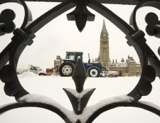 Snow removal crews work outside Parliament Hill in Ottawa on Monday, Dec. 3, 2007. (Fred Chartrand / THE CANADIAN PRESS)
