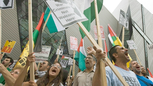 Protesters rally in front of the Israeli consulate in Toronto on Monday, May 31, 2010. (THE CANADIAN PRESS /Adrien Veczan)