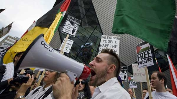 Protesters rally in front of the Israeli consulate in Toronto on Monday, May 31, 2010. (Adrien Veczan / THE CANADIAN PRESS)