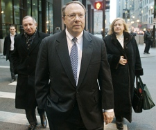 Former Hollinger International executive Mark Kipnis, 59, of Northbrook, Ill., leaves the federal building in Chicago Monday, Dec. 10, 2007. (AP / Jerry Lai)