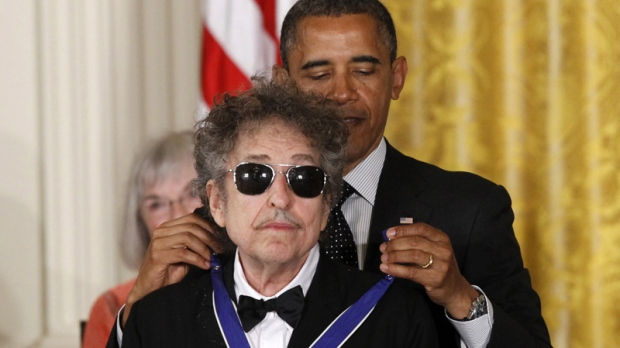 U.S. President Barack Obama presents rock legend Bob Dylan with a Medal of Freedom, Tuesday, May 29, 2012, during a ceremony at the White House in Washington. (AP Photo/Charles Dharapak)