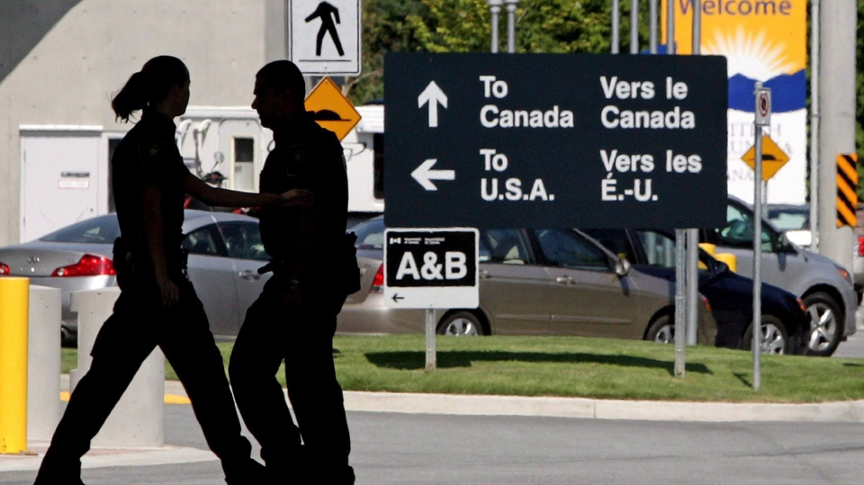Canadian Border Services agents are seen in this 2009 file photo. (Darryl Dyck / THE CANADIAN PRESS)