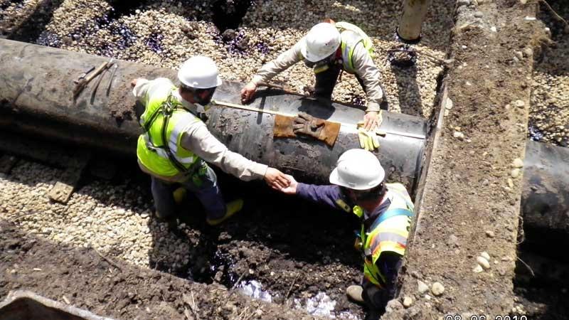 Technicians work on an Enbridge pipeline leak near Fredonia Township, Mich., Friday Aug. 6, 2010.  (THE CANADIAN PRESS/AP, EPA)