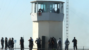 File photo of authorities standing on top of a penitentiary in Gomez Palacio in northern Mexico, Friday, Aug, 14, 2009. (AP / El Sol de la Laguna)