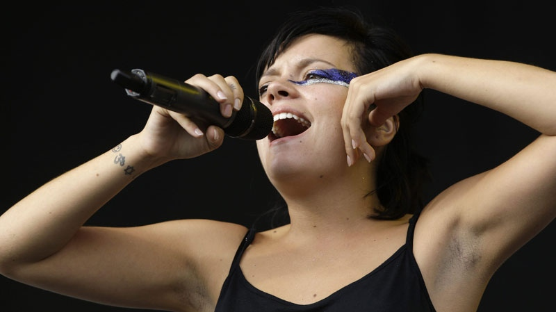 Live Performance Music Videos: Lily Allen - Womanizer