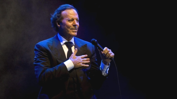 Spanish singer Julio Iglesias performs during a concert in Playa del Carmen, Mexico, Friday, Jan. 30, 2009. (AP / Israel Leal)