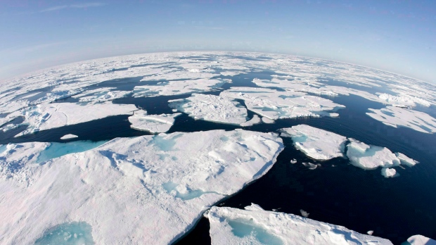 Tourists, guides stranded on ice floe in Nunavut await rescue aircraft