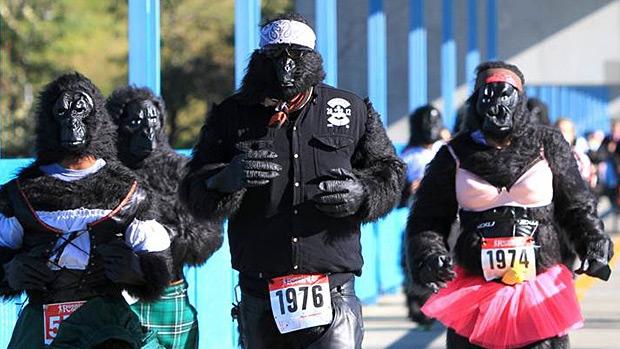 Edmontonians take part in the Edmonton Gorilla Run. PHOTO: Robert Antoniuk