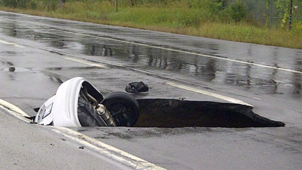 Car, sinkhole, Highway 174, Ottawa