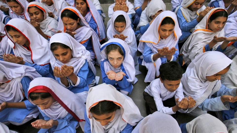 Pakistani students pray for the recovery of Malala